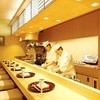 銀座割烹里仙 - 内観写真:木無垢一枚板のカウンター