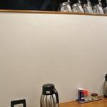 麺や いつき - カウンターの前の壁が高くちょっと息が詰まる感じですが、写真はゆっくり撮れるかも。 2013.3