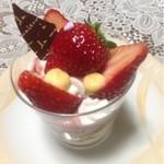 ケンズ - 料理写真:イチゴのパフェ  350円
