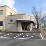 17660633 - 新宮町にあるマヌカンピス系列のパン・スイーツのお店です。