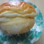 17660637 - 名前の通りミルクの風味のするフワフワパン、一個頂きましたが噂通りにちょっと甘くて美味しいパンでした。