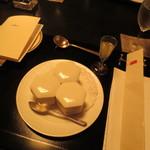 フランス料理 梓屋 - テーブルセッティング。食前酒と一品目が用意されています、、、