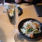 17663938 - 前菜のズワイガニのサラダと超なみなみ注がれたスパークリング!