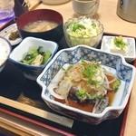 浪速割烹居酒屋 おかだ - 鰹たたき定食。鰹たたき、菜っ葉と薄揚げの炊いたん、奴、サラダ、味噌汁、白飯、漬物。店構えはあれとして、料理の基本をしっかり学ばれた方のお料理に思えたよお。しかし鰹たたきで白飯は喰いにくいことがわかったけどねで¥750。日本酒の品揃えも豊富だったので夜行ってみたいなあ^_^