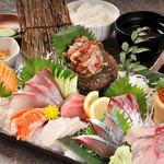 浜商 - 上刺身定食 旬の地魚とアジ、サバの刺身が入っており、新鮮な魚の食感と旨味を堪能できる。 2,800円