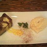 17665373 - デザート:塩キャラメルアイスとアプリコットケーキ