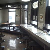 ら~麺処 豪屋 - カウンター11席、小上がりテーブル9席