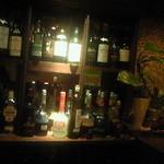 コーヒーエン - カウンターから。たくさんのブランデーなどのお酒が並んでいます