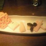 コーヒーエン - チーズ盛り合わせ\900。ブルーチーズ、ゴーダ、チェダー、カマンベール、スモークチーズ