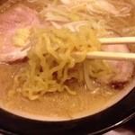 麺屋 マルニ - 味噌¥750のやや細麺