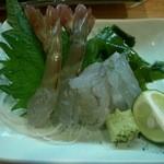 17679048 - 足赤海老のおどり。ピクピク動いてるぅ~~!身はプリプリで甘い~美味しい~♪頭は塩焼きにして貰いました。