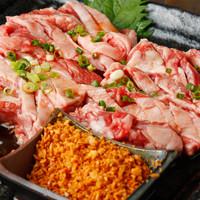 炭焼き屋 西麻布本店 - 和牛ゲタカルビは当店の人気逸品です。リブの周りの肉を食べやすくサイコロカットにした肉で、柔らかく、脂がのってます。揚げにんにくをまぶして召し上がれ。
