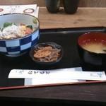 17680242 - 「海鮮丼(胡麻だれ醤油味」(¥650)                        ・・・斜め(^^