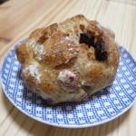ポンパドウル - 料理写真:チョコとマカダミアナッツのライ麦パン