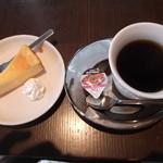 パラディ - チーズケーキと飲み物が付いて、1200円です。