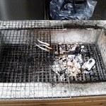 17692542 - 店先の網に置かれて焼かれていた小さな.......