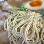博多 昇龍 - 麺は食べ応えのある細麺ストレート。なかなか美味しかったです。