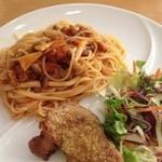 ヴェルデ・レガーロ - キノコ入りミートソーススパゲティとチキンのマスタードパン粉焼き