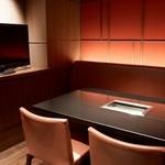 焼肉チャンピオン - 37型テレビを備えた最大5名様の個室。