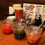 豚吉 - 綺麗に整頓されたテーブル席!店内に設置のキムチ・ニラダレ・紅ショウガ・きざみにんにく・にんにくチップはすべて無料サービスとなります!!