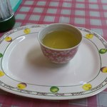 ひふみ - なぜかお茶はお皿に乗ったまま出てきます(笑)