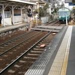 17701771 - 石山寺方面からの電車。写真に向かって左に店がある。