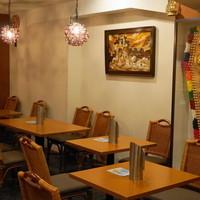 ニルワナム-2013.3 店内はテーブル席が並びます