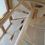 むしか - 白い螺旋階段を登ります