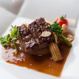 見て楽しみ、食べて納得する和洋折衷の料理が楽しめます