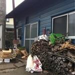 手打うどん 小島屋 - 薪がたくさん。