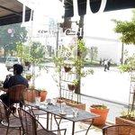 リアン サンドウィッチ カフェ - 店内は2面がガラス張りで開放感が溢れています。