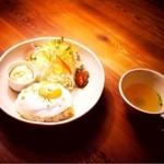 サイドプロジェクトカフェ - 看板メニューのロコモコ。ハンバーグがオススメです