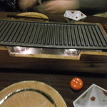 17714931 - 各テーブルにコンロが置かれています。