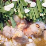 鳥膳 丸梅 - 特製牛モツ鍋 味噌、醤油2種類の味が楽しめます。