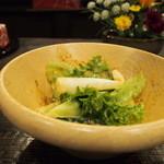 お食事処 花水木 - サラダ。白いのが山芋。歯ごたえが加わっておいしい。