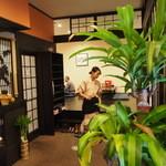 お食事処 花水木 - 和風カフェらしいしつらえ。着物姿のスタッフが笑顔でキビキビ動く。