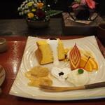 お食事処 花水木 - デザートプレート。シフォンケーキ、わらび餅、シャーベット、リンゴ、オレンジ、バナナ等が彩りよく配置。