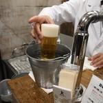 ビールスタンド重富 - 氷水でグラスを綺麗にする