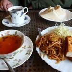 ラ・フオンテーヌ・ドール  - 料理写真:コーヒーとサンドイッチ、紅茶とアーモンドトースト