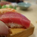 築地ビッグ寿司 - デカネタにぎりのアップ。すごい厚みです(笑)