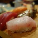 築地ビッグ寿司 - デカネタにぎりのアップその2。これもすごい厚み…!