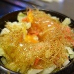 もんじゃ 来る実 - 【来る実風モダン焼き ¥1.400(豚玉天と焼きそばを卵で一つにした創作お好み焼き)】