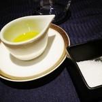 17733826 - パンにつけるオリーブオイルと塩