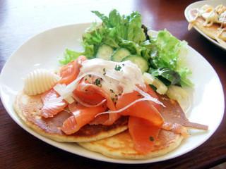 ウズナ オムオム - ランチのパンケーキセット(900円)のサーモンとサワークリームディップ