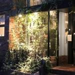 カンブーザ - 夜の外観とお店のベスパ