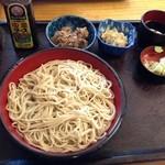 和田久 - 定食のそば。アジフライとご飯待ち。