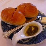 レストラン ボルドー - パンにバター、スパイス入りオリーブオイル