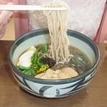 出合茶屋 - 山菜そば \900 オーソドックスな味です。いわゆる『ドライブインのそば』ですかね。