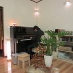 Bistro R - ピアノリサイタル。27歳の地元のピアニスト、古木さん。CDも7枚出されている