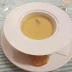 Bistro R - 本日のクリームスープ。薩摩芋のスープで、中にトリュフが入ってます。皿のふちに、薩摩芋のチップス